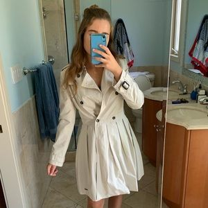 Chic beige Aurhentic Burberry trench coat